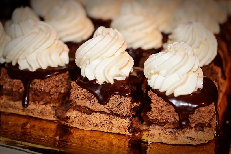 prajitura cu ciocolata ornata cu frisca