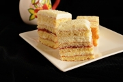 prajitura cu crema mascarpone si gem de capsuni