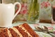 Felie de tort de ciocolata cu caramel