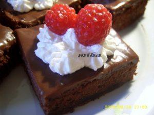 Prajitura cu ciocolata ornata cu frisca si zmeura
