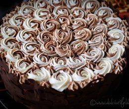Tort cu crema caramel si ciocolata