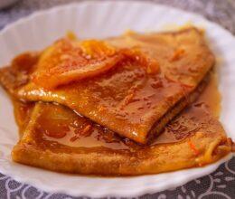 Clatite cu sos de caramel cu portocale