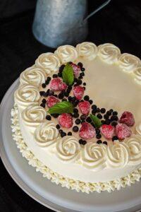 Tort cu mascarpone, lapte condensat si fructe